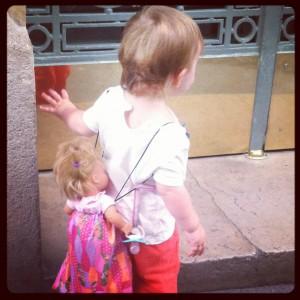 Little Miss Sunshine est devenue inséparable de sa poupée