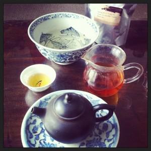 Un beau thé rouge chinois et de la belle vaisselle pour bien débuter la journée