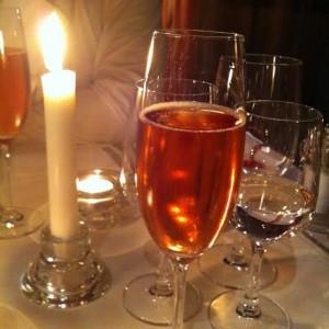 Une coupe de champagne rosé