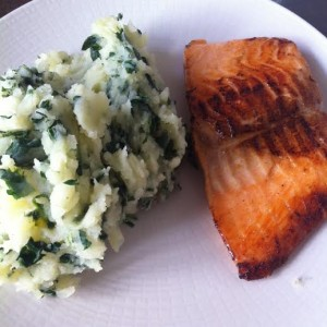 saumon et écrasé de pomme de terre aux épinards