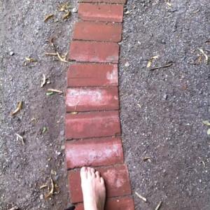 Sur le sentier pieds nus