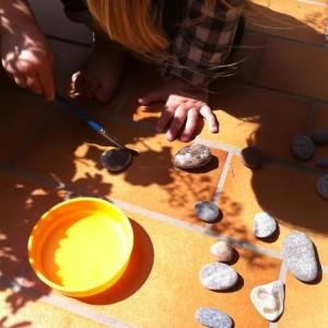 LMS peint avec de l'eau sur des cailloux