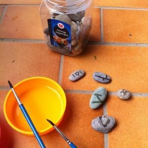 Peinture à l'eau sur des cailloux